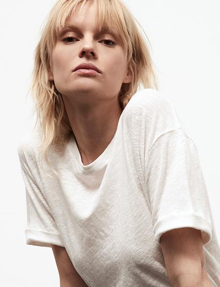 Frau in weißem Herrlicher T-Shirt