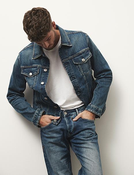 Mann in blauerJeans und blauer Jeansjacke