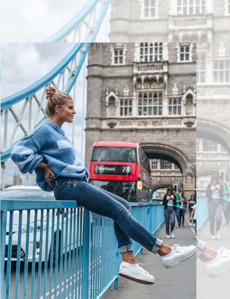 Frau auf Brücke in Herrlicher Jeans und Pullover