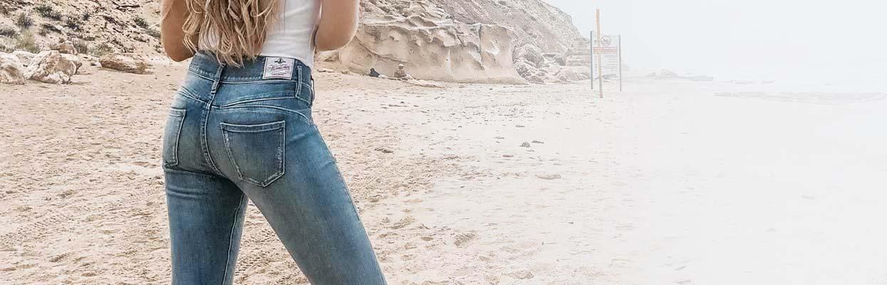 Rückansicht Frau in Herrlicher Jeans