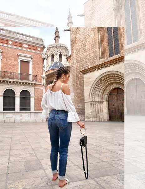 Frau in Herrlicher Jeans und Carmenbluse
