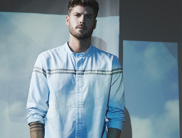 Mann in hellblauem Herrlicher Hemd