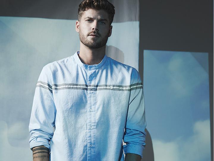 Mann in blauem herrlicher Hemd aus Baumwolle