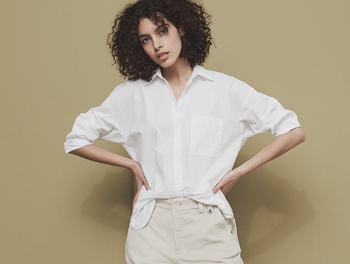 Frau in weißer Herrlicher Bluse