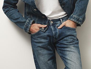 Mann in blauer Herrlicher Herren Jeans